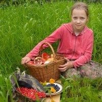 Девочка с лесными дарами :: Наталия П