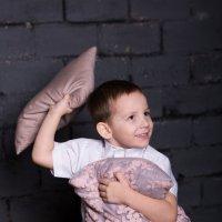 Мальчик играется с подушками :: Valentina Zaytseva