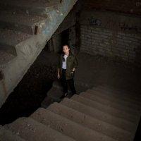 Девушка на лестнице в темноте :: Валерий Переславцев