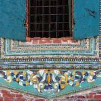 Красота традиционных изразцов Ярославля, фрагмент декора окна церкви Иоанна Златоуста :: Николай Белавин