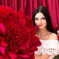 Прекрасная Анна с огромным пионом :: Валерий Переславцев