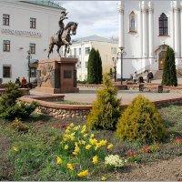 У статуи Ольгерда нарциссы расцвели. :: Роланд Дубровский