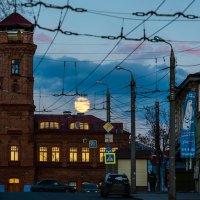 Восход Луны над Хлебной площадью :: Владимир Клещёв