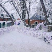 Слеплено мамами и папами в зимние каникулы для своих детей, в одном из харьковских дворов в Харькове :: LyudVik -