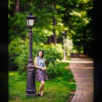Анюта, парк, фонарь, EF 85mm f/1.2 :: Alex Lipchansky