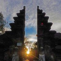 Вход солнца в балийский храм :: Александр