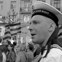 Волной от Красной площади прокатывается протяжное «Ура!», подхватываемое сзади идущими. :: Татьяна Помогалова