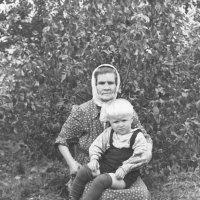 Моя бабушка, Мария Арсентьевна Полякова, и я на её коленях... :: Юрий Поляков