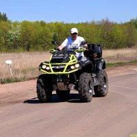 Квадроцикл - это транспортное средство,  позволяющее проехать там, где этого делать не надо:) :: Андрей Заломленков