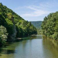 Река Псекупс, слева скала Петушок :: Валерий Ткаченко