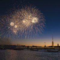 Праздничный салют над Невой в честь Дня города. Санкт-Петербургу исполнилось 315 лет :: Максим Хрусталев