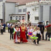 Гуляния после парада. 9 мая в приморском городе :: Леонид