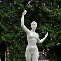 Гипсовая скульптура пловчихи. :: Лариса Вишневская