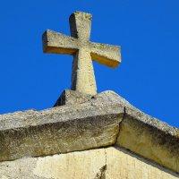 Крест на древнем храме сохранился до наших дней. :: Анатолий Збрицкий