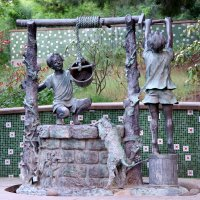 Колодец с детьми на детской площадке :: Валерий Новиков