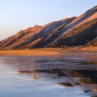 тонкий слой льда на поверхности озера Байкал :: Георгий А