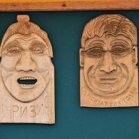Такие забавные персонажи расположились по всей стене во дворе кафе. :: Татьяна Помогалова