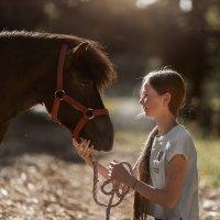 Маленькая хозяйка маленькой лошадки :: Маргарита Гусева