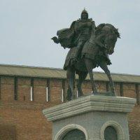 Памятник Дмитрию Донскому перед коломенским  кремлем :: ИРЭН@ .
