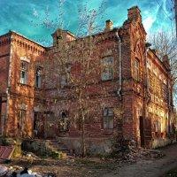 Краснокирпичный дом на ул. Московской смотрится не по московски :: Тимур Кострома ФотоНиКто Пакельщиков
