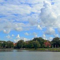 Облака над озером :: Сергей Карачин