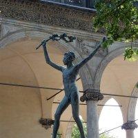 Скульптура возле Летнего дворца королевы Анны :: Елена Гуляева (mashagulena)