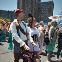 Пиратская семейка. На параде русалок на Кони Айлэнд в Брукклине :: Олег Чемоданов