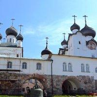 Во дворе монастыря :: Ольга