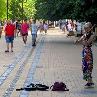 Уличная скрипачка :: Сергей Карачин