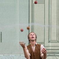 Уличный жонглер :: Владимир Брагилевский