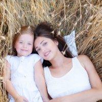 Мама и дочка в поле :: Дарья Дядькина