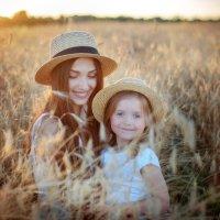 Мама и дочки в поле :: Дарья Дядькина