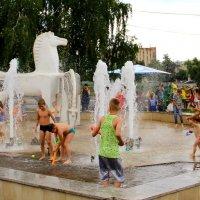 Дети и кони купаются в фонтане. :: Борис Митрохин