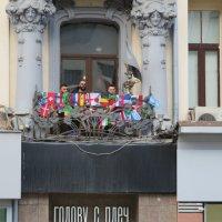Болельщики на балконе отеля в Москве :: Natalia Harries