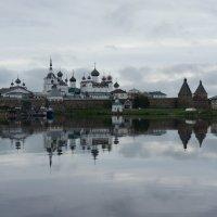 Вид на Соловецкий монастырь с пристани, с которой отправляются катера и лодки к островам :: Елена Павлова (Смолова)