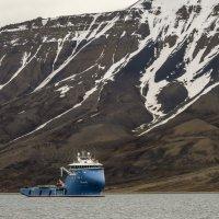 странный корабль в порту столицы архипелага Свальбард :: Георгий А