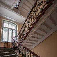 Лестница в питерской парадной :: Сергей Лындин