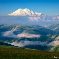 Эльбрус парящий над облаками :: Сергей