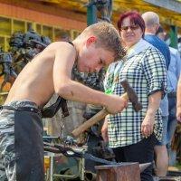Кузнечное ремесло в крепких юных руках :: Наталья Верхотурова