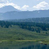 Рыбак на фоне гор :: Валерий Михмель