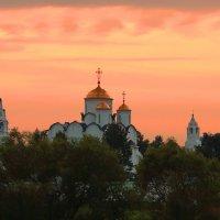 Закат над Покровским Монастырем :: Евгений (bugay) Суетинов