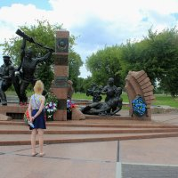 У памятника защитникам Брестской крепости :: Наталья Лунева