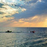 Вечерняя прогулка по морю- что может быть романтичнее? :: Ольга Голубева