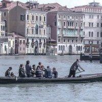 Venezia, traghetto attraverso il canal Grande. :: Игорь Олегович Кравченко