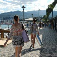 Девушки идущие с пляжа :: Elena Gosteva
