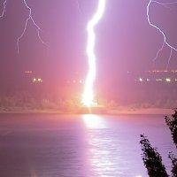 Удар молнии в пристань на берегу Волги (Крупный план) :: Павел Сытилин
