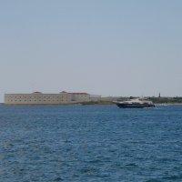 Яхта у Константиновского равелина :: Александр Рыжов