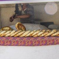 Пекари выемка готовых лепешек :: Дмитрий Потапкин