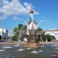 Хрустальные струи фонтана спасают в жаркий день :: Елена Викторова