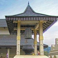 Колокол и курительница в храме Зуба Будды :: ИРЭН@ .